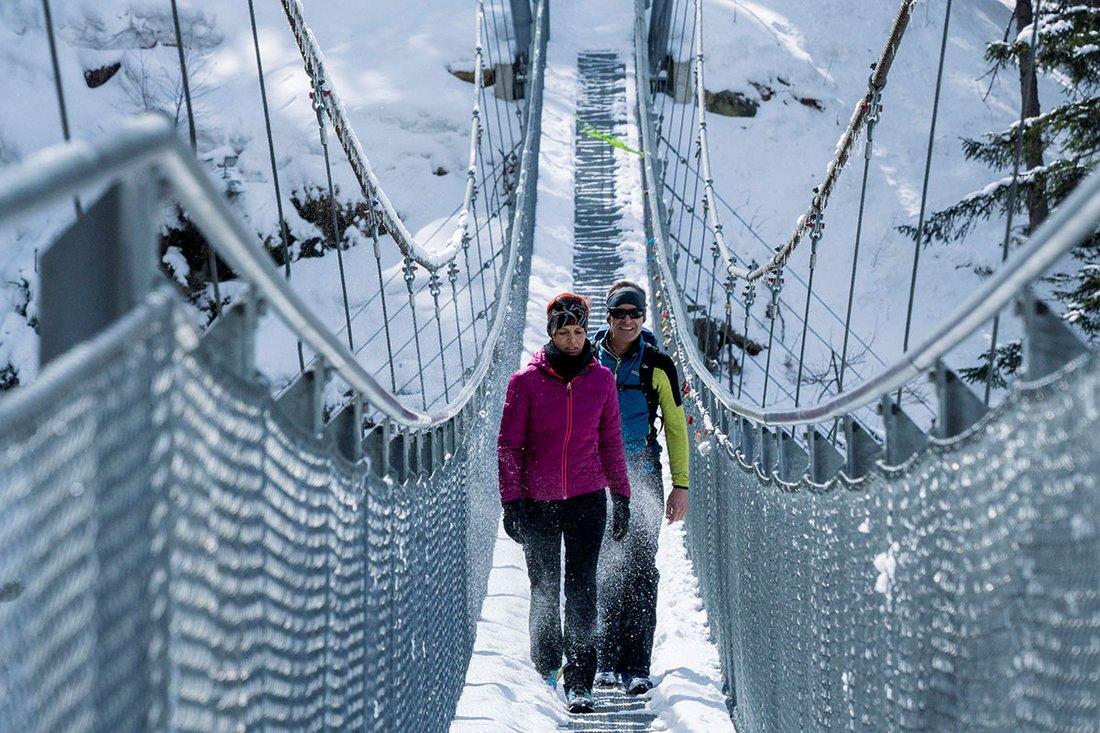 Winterwandern über die Hängebrücke